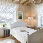 Легкие белые занавески на окнах спальни