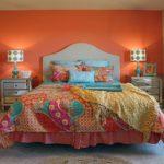 Оранжевая стена в интерьере спальни