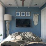 интерьер спальни с деревянным потолком
