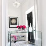 Стеклянный столик перед большим напольным зеркалом