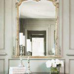 Зеркало в позолоченной оправе в классической прихожей