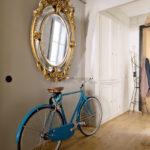 Велосипед под круглым зеркалом в золотом обрамлении