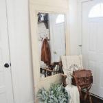 Стильное зеркало в прихожей квартиры молодой девушки