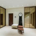 Дизайн просторной прихожей с зеркальной мебелью