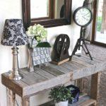 Мебель из дощечек в прихожей сельского дома