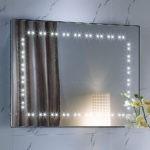 Прямоугольное зеркала с подсветкой на стене прихожей