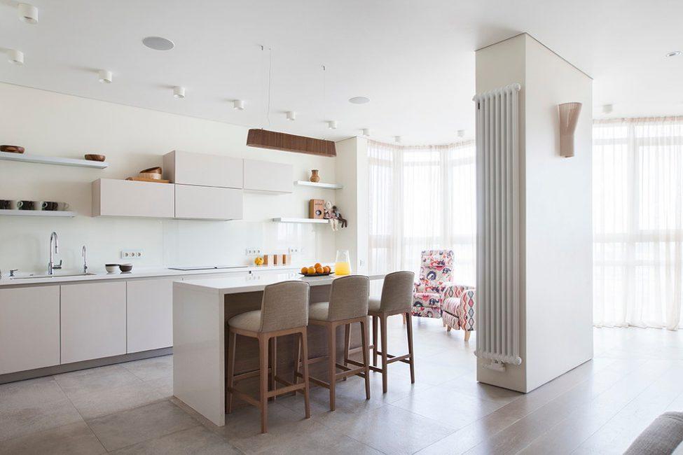 Матовая поверхность керамического напольного покрытия на кухне