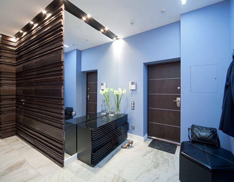 Голубые стены прихожей в квартире панельного дома