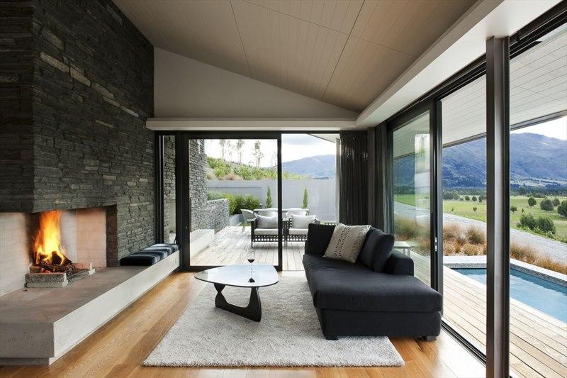 Светлая гостиная в доме с большими окнами