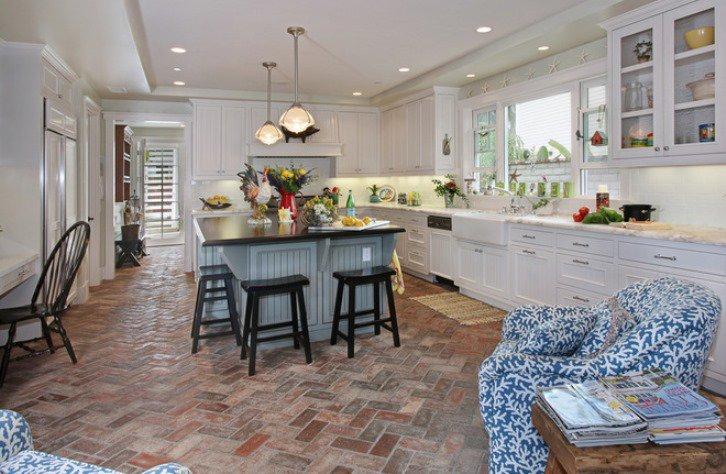 Просторная кухня с каменной плиткой на полу