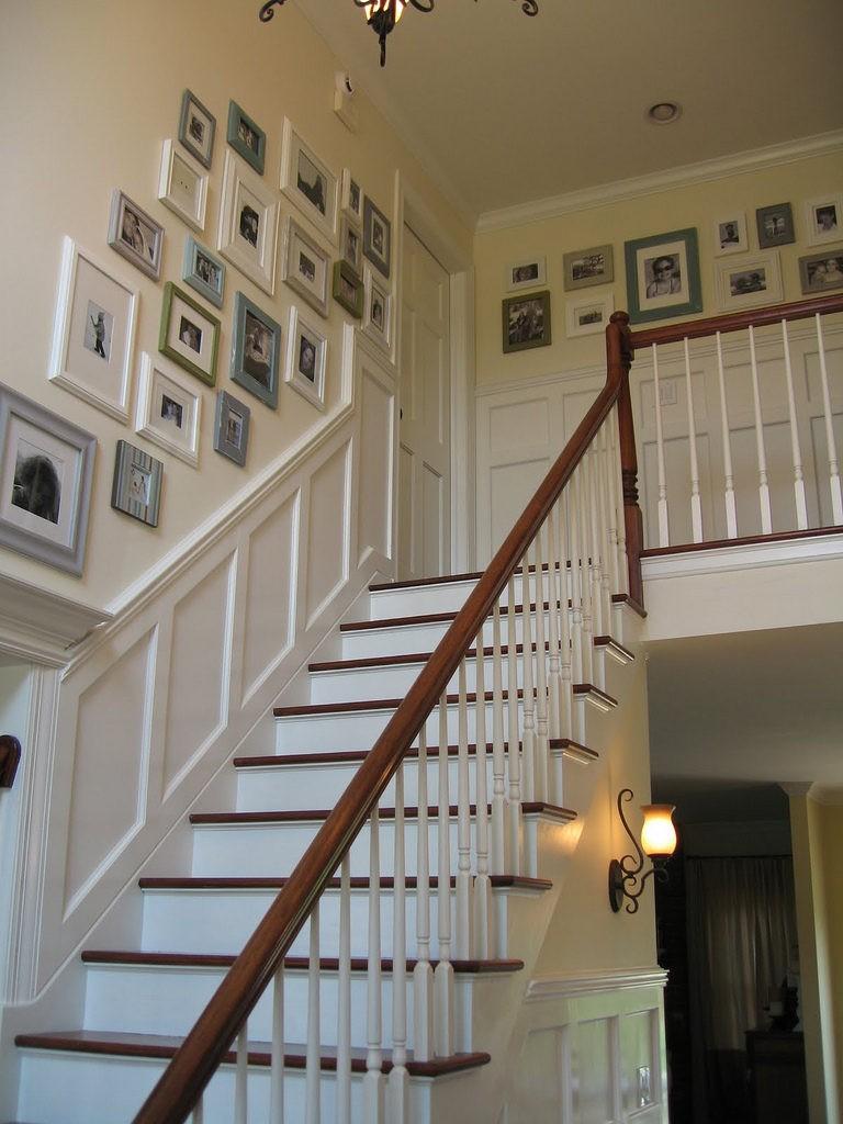 Декорирование стены над лестницей с помощью картин