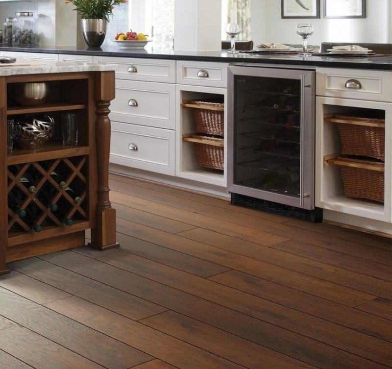 Кухонный пол с коричневой плиткой под дерево