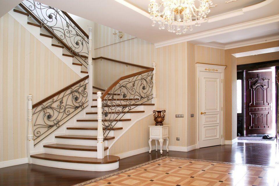 Просторная прихожая с лестницей в стиле классики