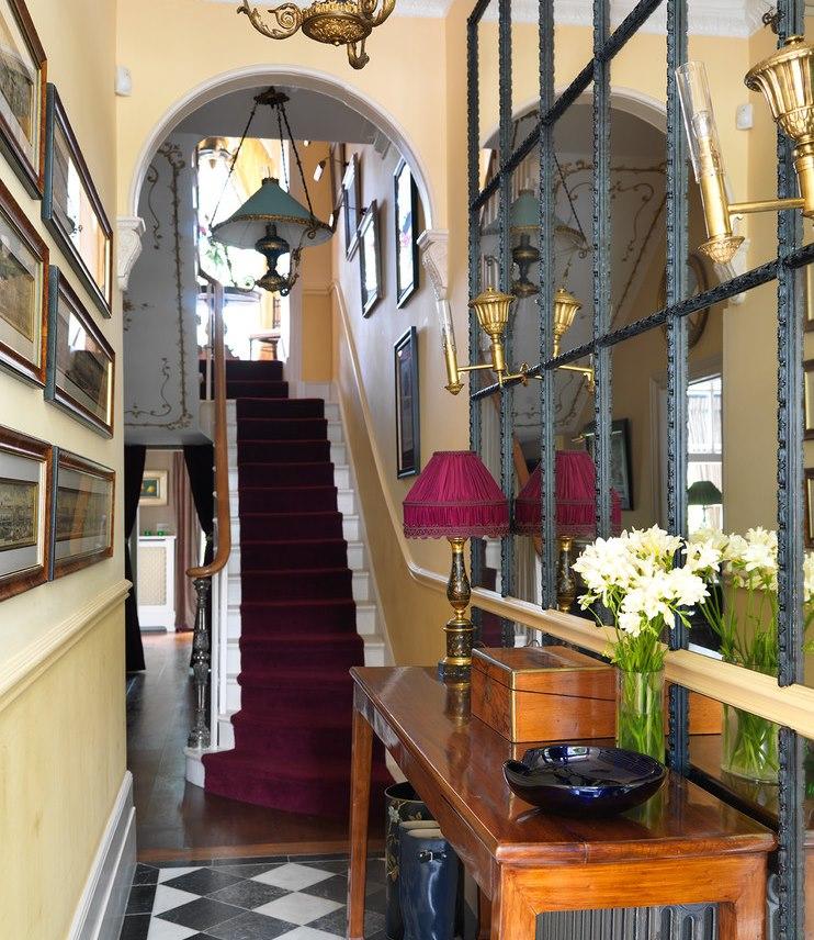Большое зеркала в узкой прихожей классического стиля