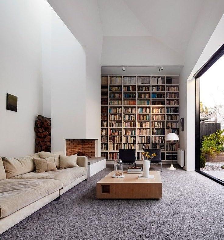 Хранение книг в гостиной загородного дома
