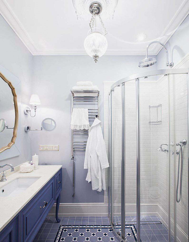 Светлая ванная комната с душевой кабиной