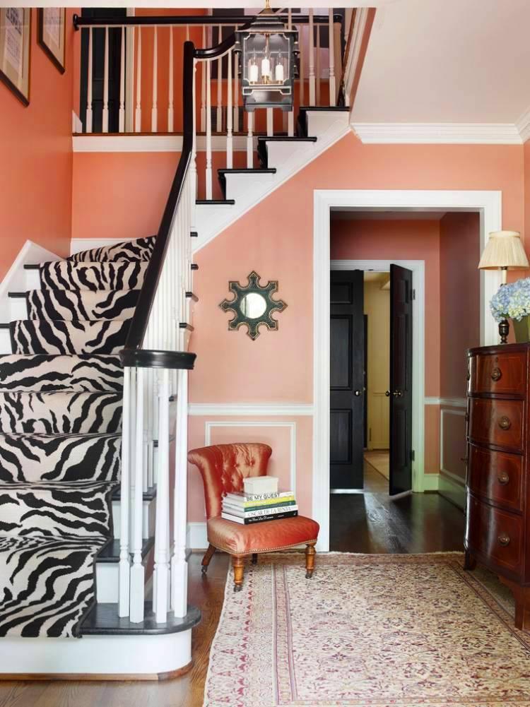 Мягкий стул со спинкой под лестницей в холле