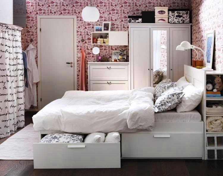 Белая кровать с ящиками в спальне площадью в 10 квадратов