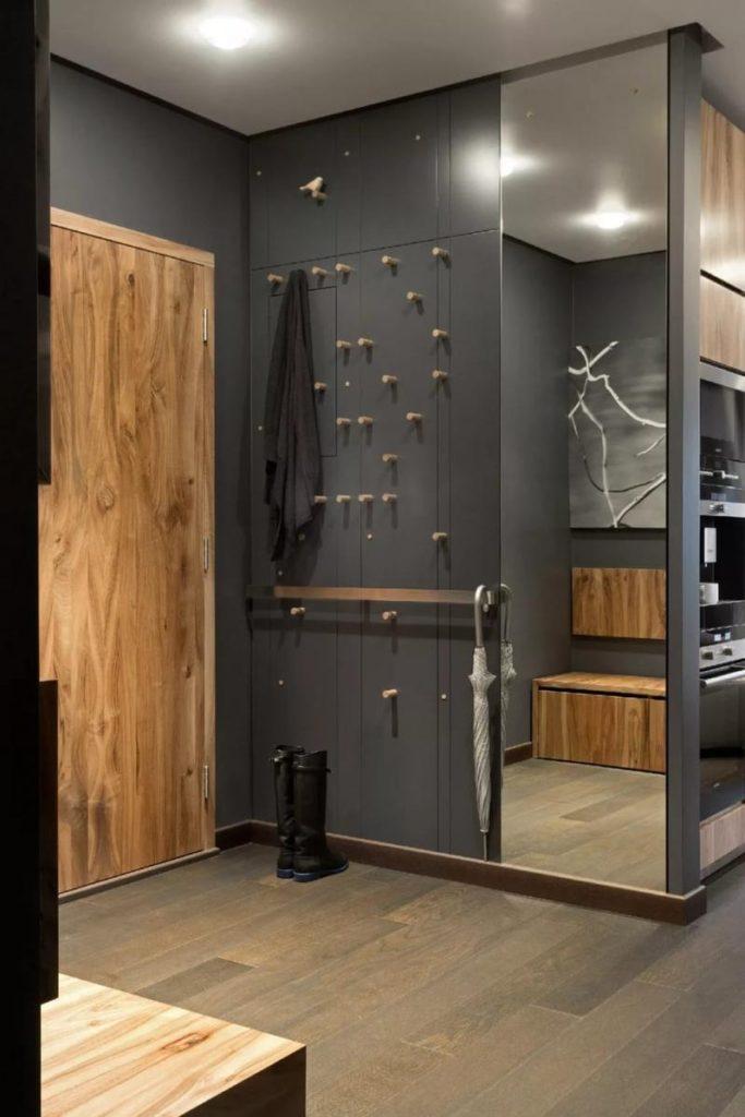 Серый шкаф с крючками для верхней одежды