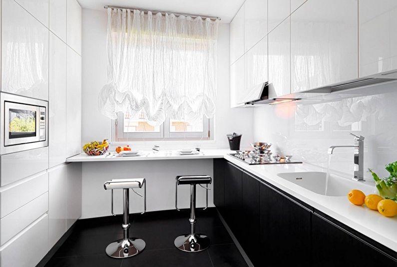 Штора из прозрачной ткани на окне прямоугольной кухни
