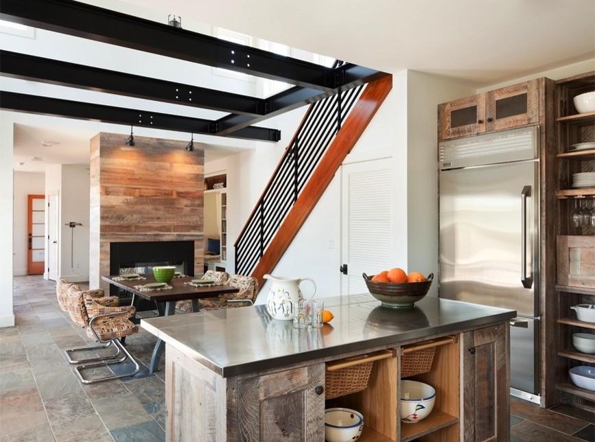 Лестница в интерьере кухни частного дома