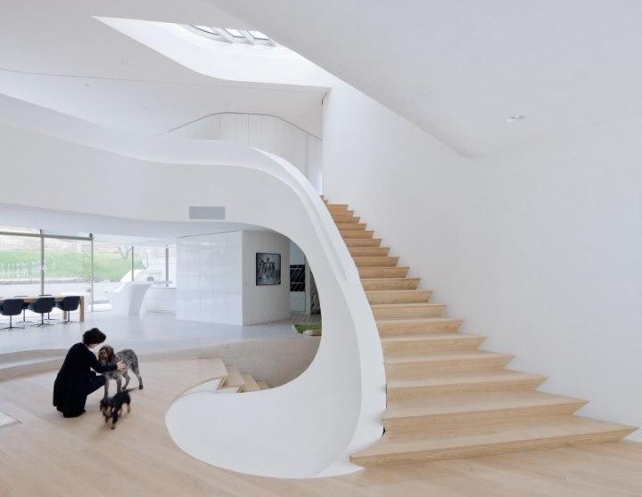 Оригинальная лестница в современном доме