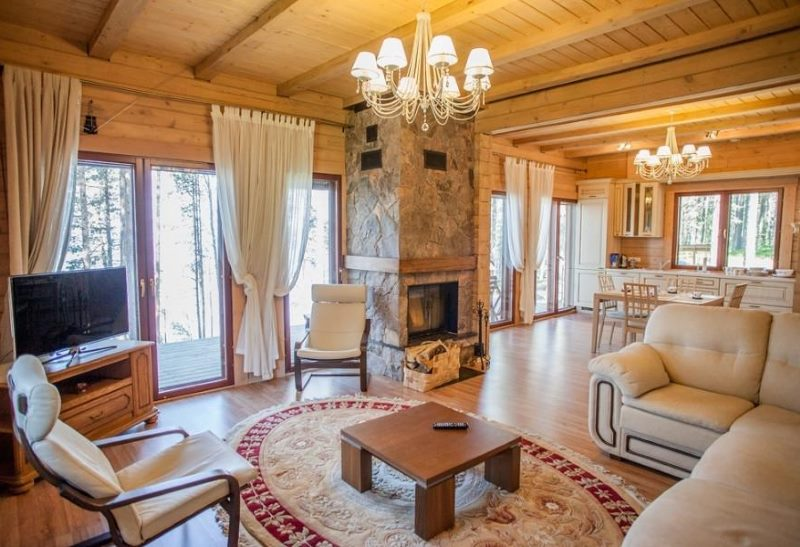 Две люстры на деревянном потолке гостиной