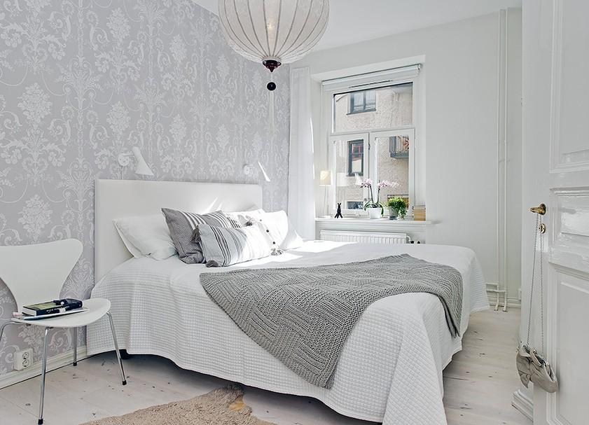 Интерьер небольшой спальне в серо-белой цветовой гамме