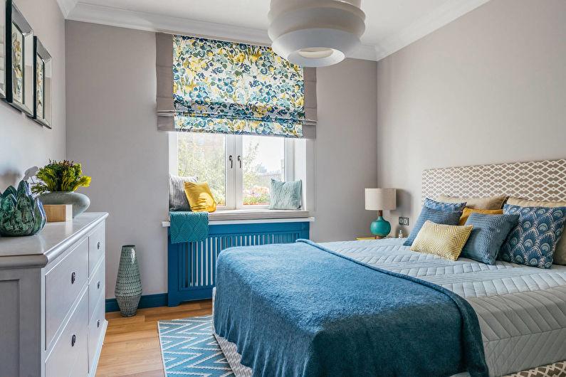 Синее покрывало в спальне с серыми стенами