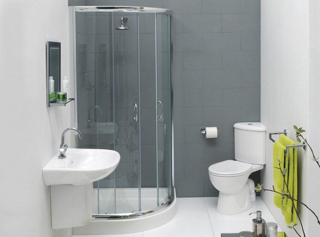Душевой бокс около серой стены в компактной ванной комнате