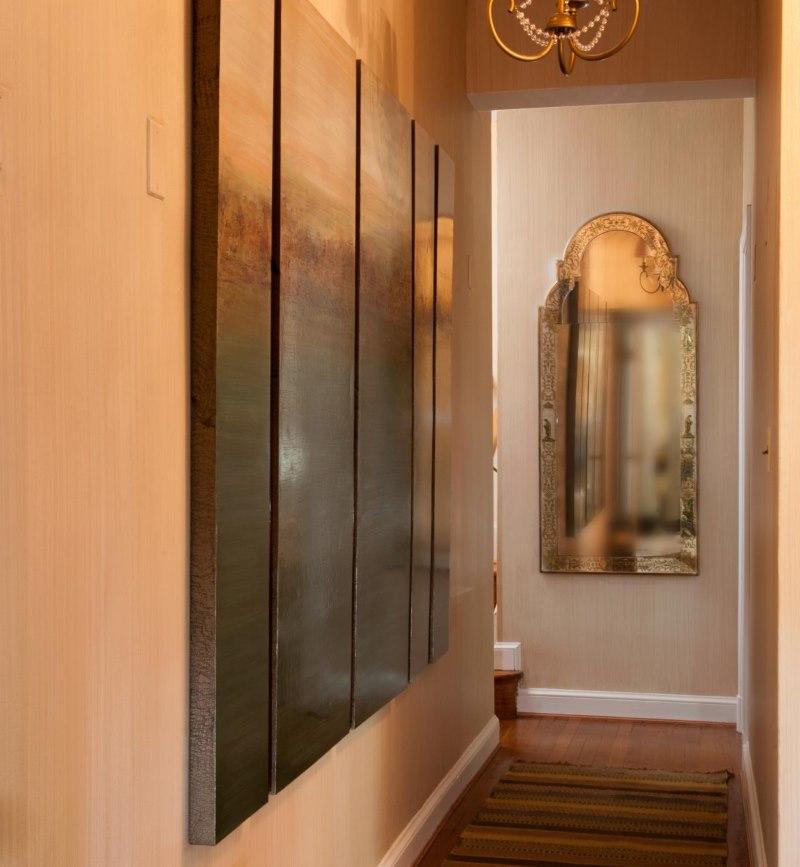 Зеркало с матовой поверхностью в конце узкого коридора