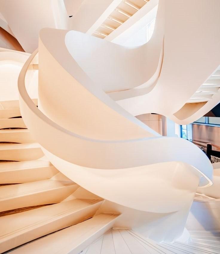 Белая лестница в стиле бионика