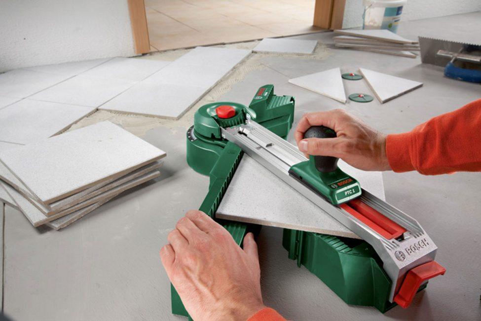 Обрезка плитки перед укладкой на пол кухни