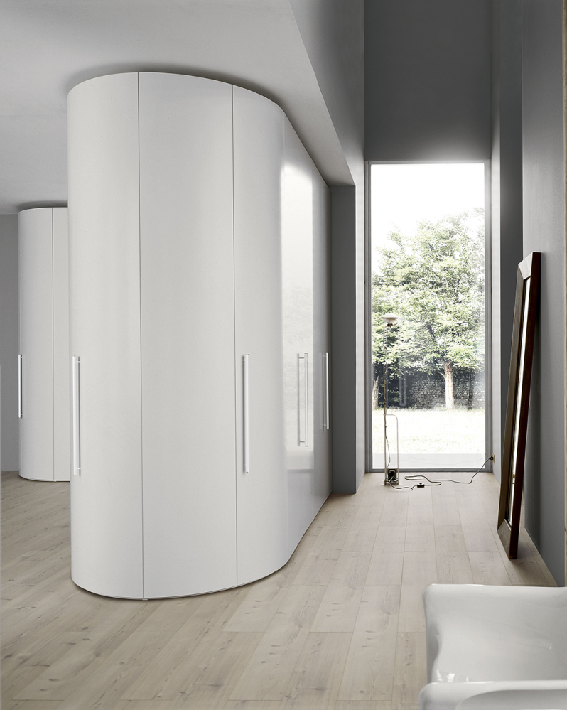Светлый шкаф оригинальной конструкции в прихожей частного дома