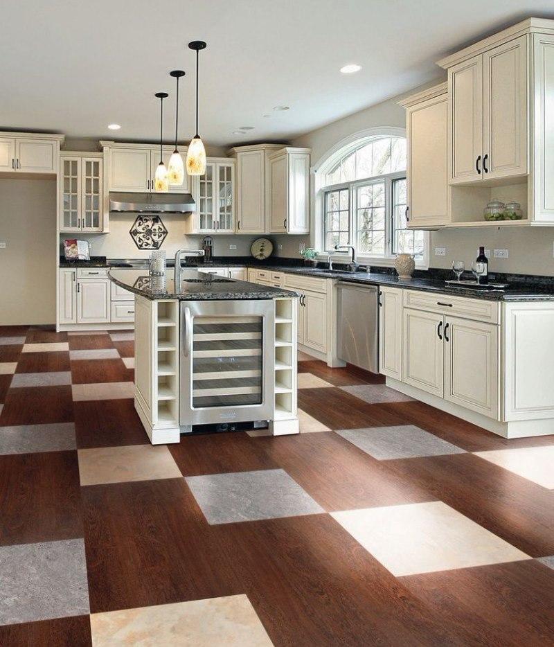 Шахматная укладка комбинированной плитки на кухонном полу