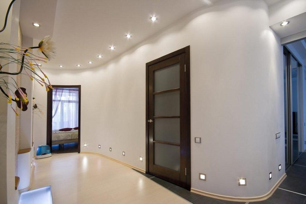 Точечные светильники на стенах и потолке прихожей