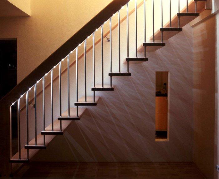 Организация освещения лестницы с помощью подсветки поручня
