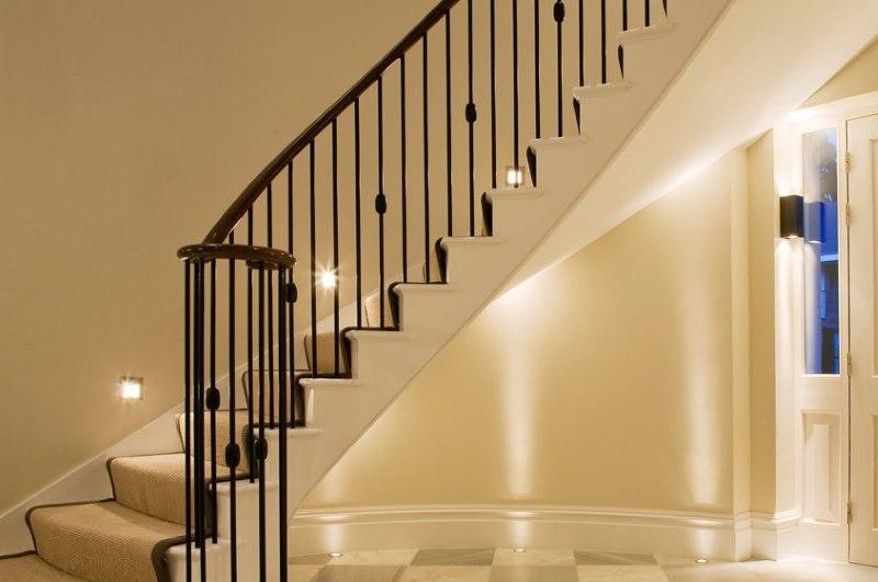Подсветка ступеней внутридомовой лестницы