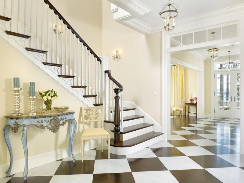Дизайн холла частного дома с лестницей