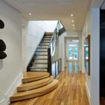 Лестница в узком коридоре частного дома