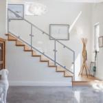 Светлая прихожая с лестницей на второй этаж