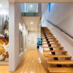 Лестница на косоуре с деревянными ступенями