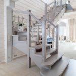 Двухмаршевая лестница из натурального дерева