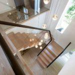 Вид сверху на лестницу с перилами из стекла