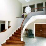 Дизайн большого холла с лестницей