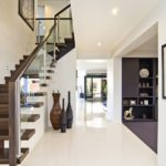 Дизайн коридора с белыми стенами