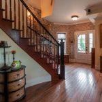 Деревянный пол в прихожей с лестницей