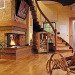 камин в холле с лестницей