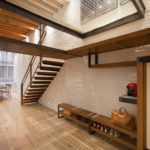 Дизайн прихожей с металлической лестницей