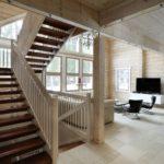 Маршевая лестница в доме из бруса